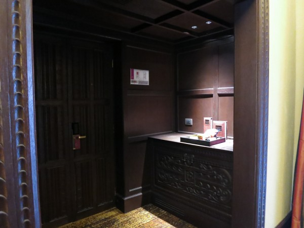 Entrance & mini bar
